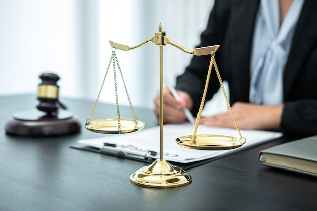 Женщина-юрист, работающая с юридическим документом документа дела в офисе, закон и правосудие, поверенный, концепция иска.