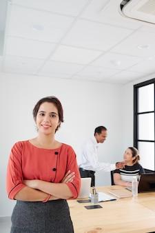 社員とともに働く女性リーダー
