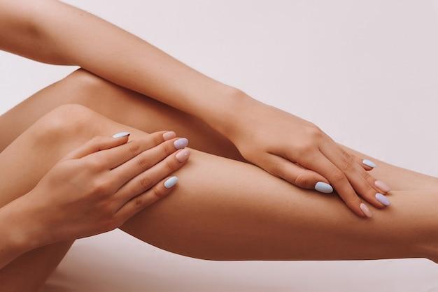 女性の脚と手