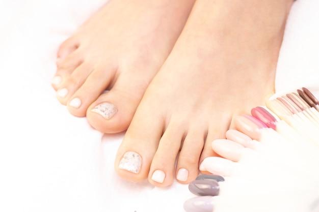 여성 다리와 절연 광택 테스터
