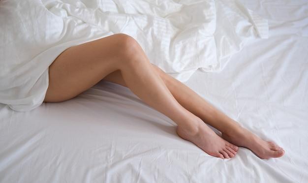 女性の足をクローズアップ。足のスパトリートメント。白い背景の上の女性の足。