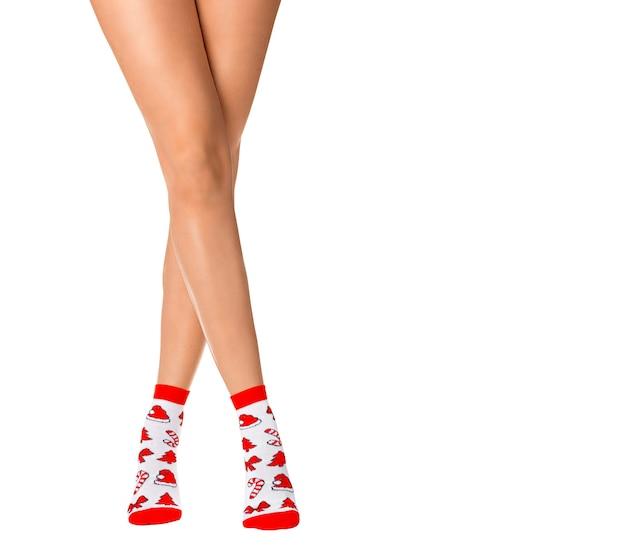 흰색 바탕에 크리스마스 양말에 여성 다리