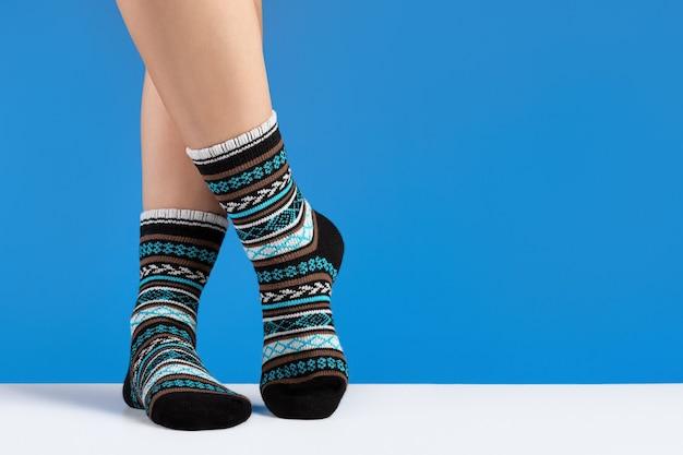 居心地の良い靴下の女性の足