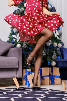 크리스마스 트리 근처 점선 팬티 스타킹 여성 다리