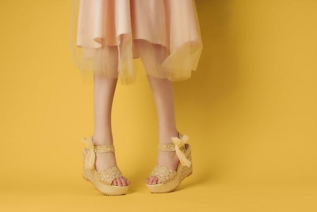 Женские ножки в модельных туфлях в летнем стиле позирует