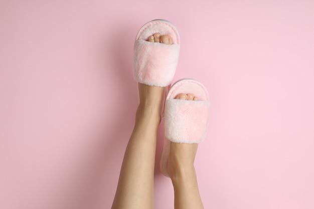 ピンクにピンクのスリッパを履いた女性の足