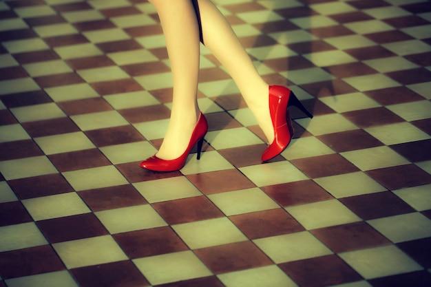 빨간 하이힐에 여성 다리 신발 아름다운 여성 다리