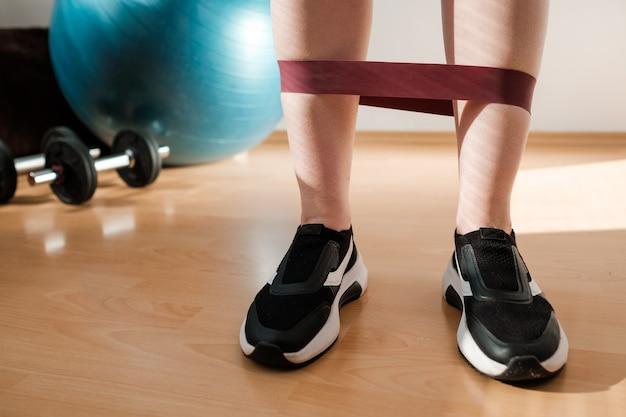 운동을하는 스포츠 레깅스와 운동화의 여성 다리