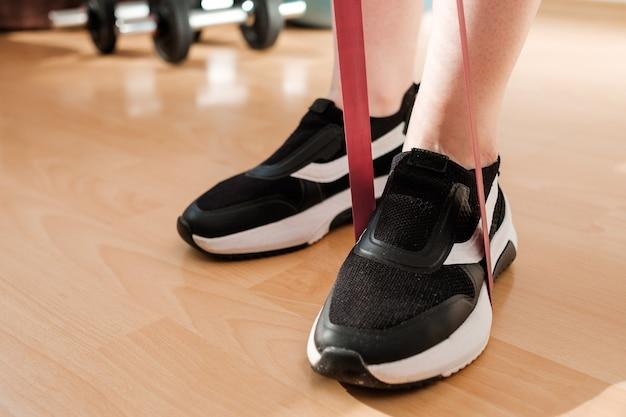 운동을하는 스포츠 레깅스와 운동화의 여성 다리 프리미엄 사진
