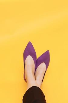 Женские ножки в стильных черных туфлях