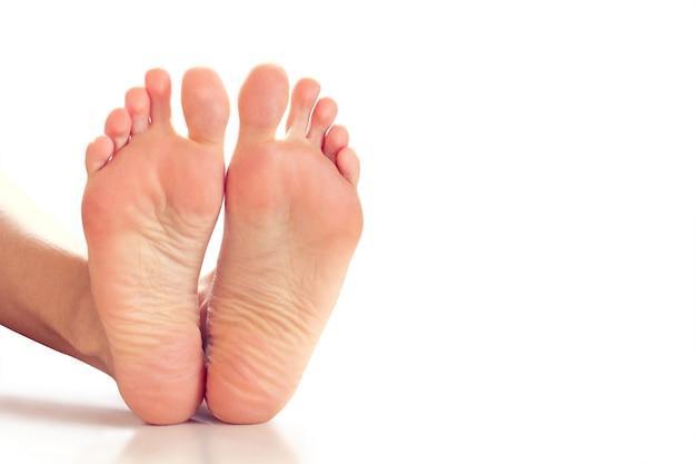 白い背景の上の女性の足