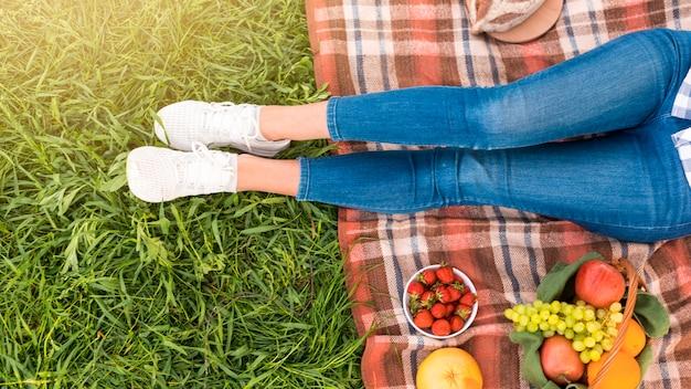 ピクニック毛布の上の女性の足