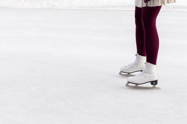 スケートリンクでスケートの女性の足
