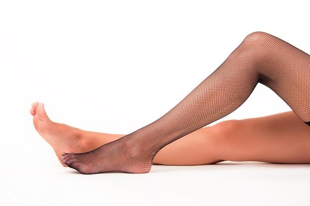 흰색 바탕에 여성 다리입니다.