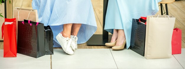 Женские ножки с хозяйственными сумками