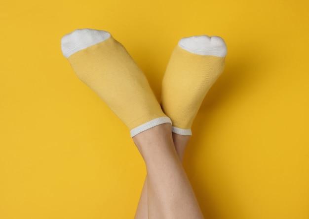 黄色い靴下を履いた女性の脚