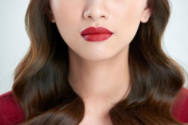 女性の唇のクローズアップ。若い新鮮な女性の美しい笑顔。