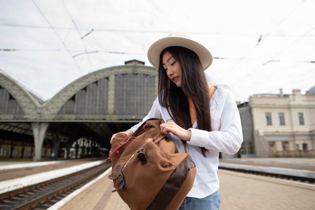 彼女のバッグを閉じる女性の地元の旅行者