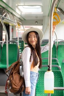 Viaggiatrice locale femminile che soggiorna in un autobus