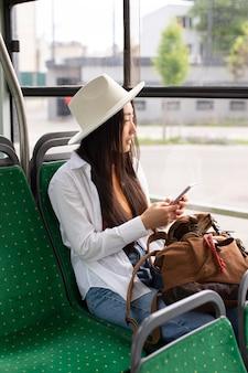 버스에 머무는 여성 현지 여행자