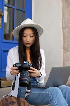 카메라와 함께 여성 현지 여행자