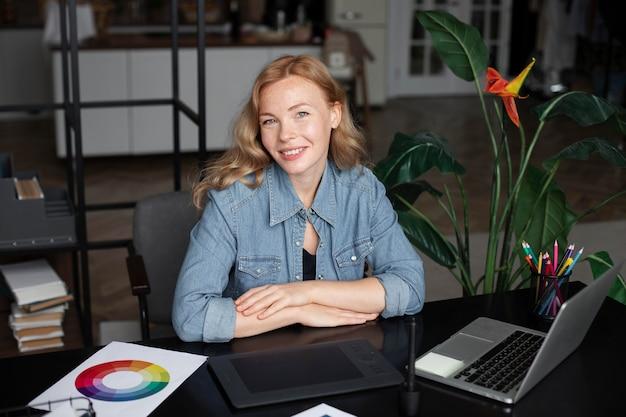 Женский дизайнер логотипов, работающих в ее офисе