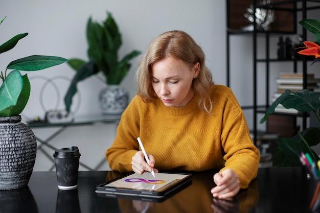 그래픽 태블릿에서 작업하는 여성 로고 디자이너