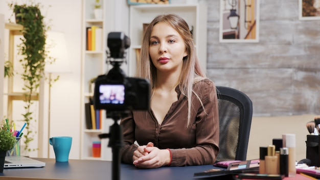 適切な化粧品の使い方をvlogで記録している女性のメイクアップアーティスト。有名なインフルエンサー。