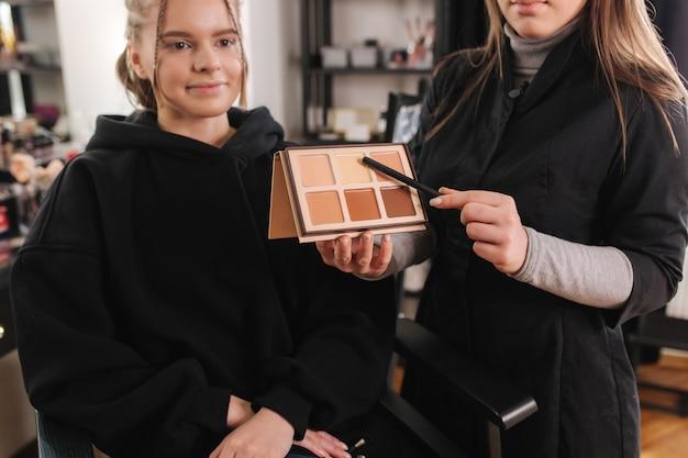 Будет использовано шоу женского визажиста с использованием цветовой палитры. визажист работает с моделью в студии