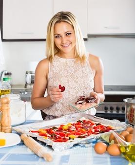 イタリアのピザを作る女性