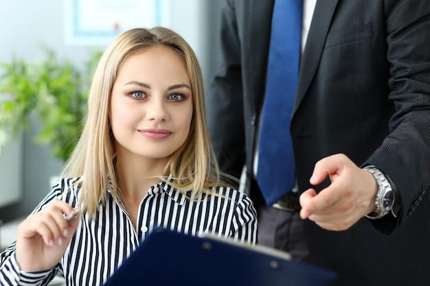 여성 관리자는 회사 전략 개발을 돕습니다.