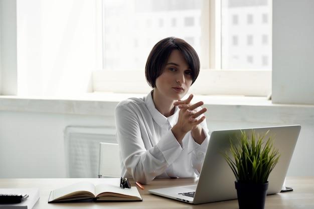 사무실 문서 전문 직업 격리 된 배경에서 여성 관리자