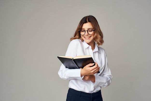 ペーパープロの明るい背景のフォルダーを持つ女性マネージャー