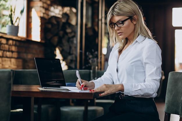 Женский менеджер с папкой документов
