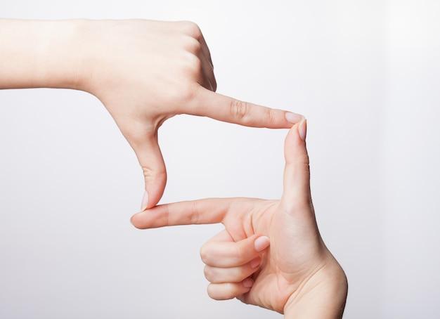 보이지 않는 항목을 측정하는 여성 손질 된 손, 여자의 손바닥 제스처 만들기