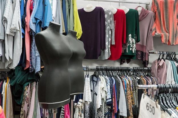 衣料品店の女性マネキン