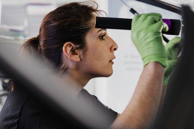 Женский механик, проверка багажника автомобиля