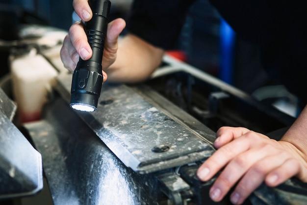 Женский механик, проверка под капотом автомобиля