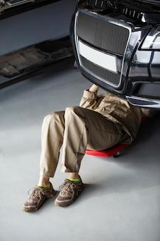 女性整備士が車を修理します