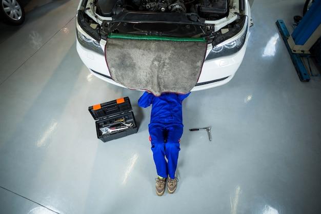 Meccanico femminile riparazione di un auto