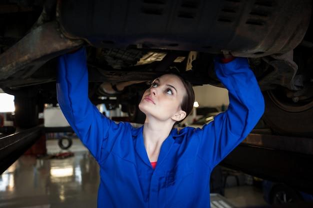 Meccanico femminile la manutenzione di un auto