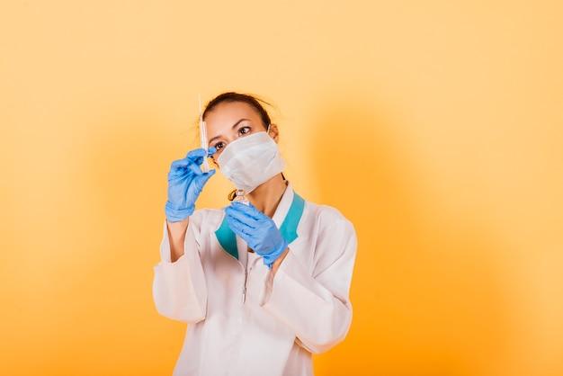 注射器注射、ジャブワクチン接種、治療法の発見を保持している女性の医療専門の科学者研究者