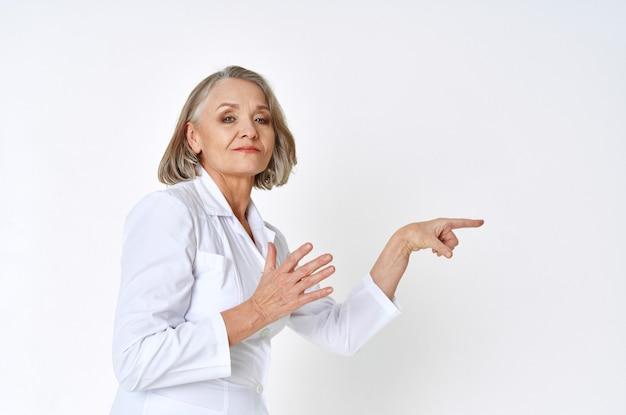 白衣病院の専門家の女性医療従事者
