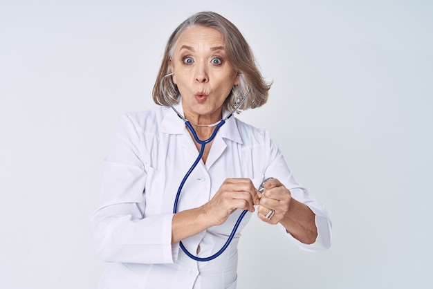Женский медицинский работник в белом халате