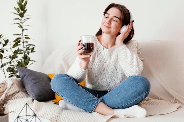 屋内の肖像画を瞑想する女性
