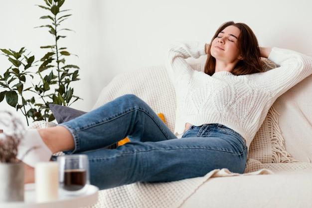 Женский медитирующий портрет в помещении