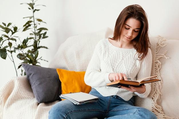 Женский медитирующий портрет в помещении Premium Фотографии