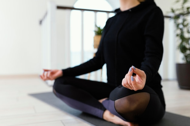 Femmina meditando al coperto