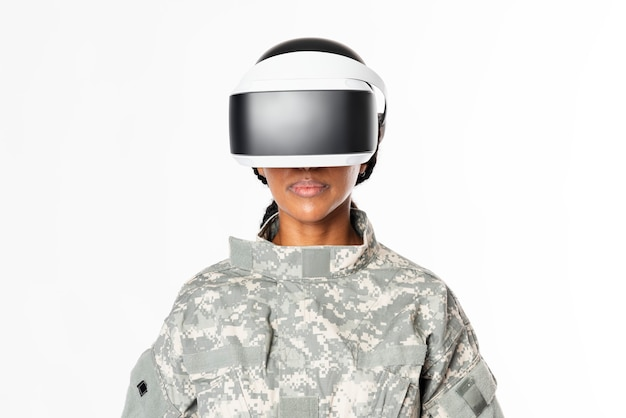 Militare femminile che indossa la tecnologia dell'esercito delle cuffie vr