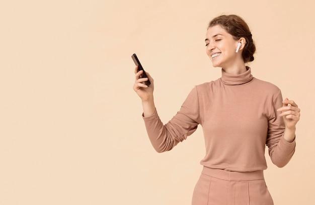 女性モデルとデジタルデバイスのコピースペース